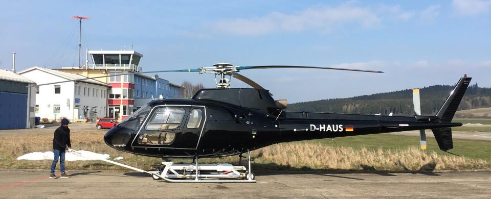 AS350 aus dem Hangar holen